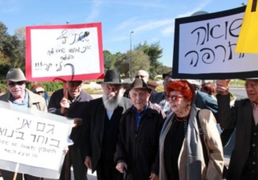 Holocaust survivors protest budget shortage