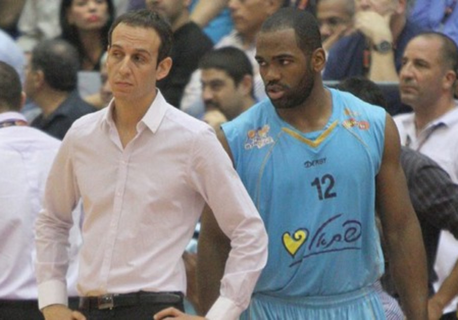 Oded Katash and Eilat player Jerome Tillman.