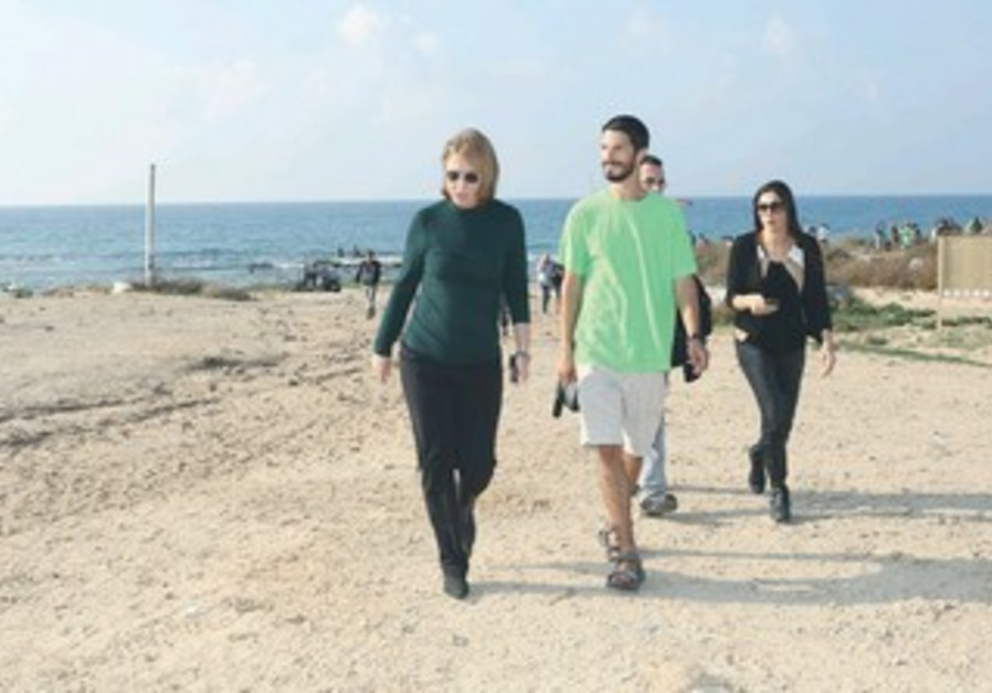 Livni at rally on Palmahim Beach