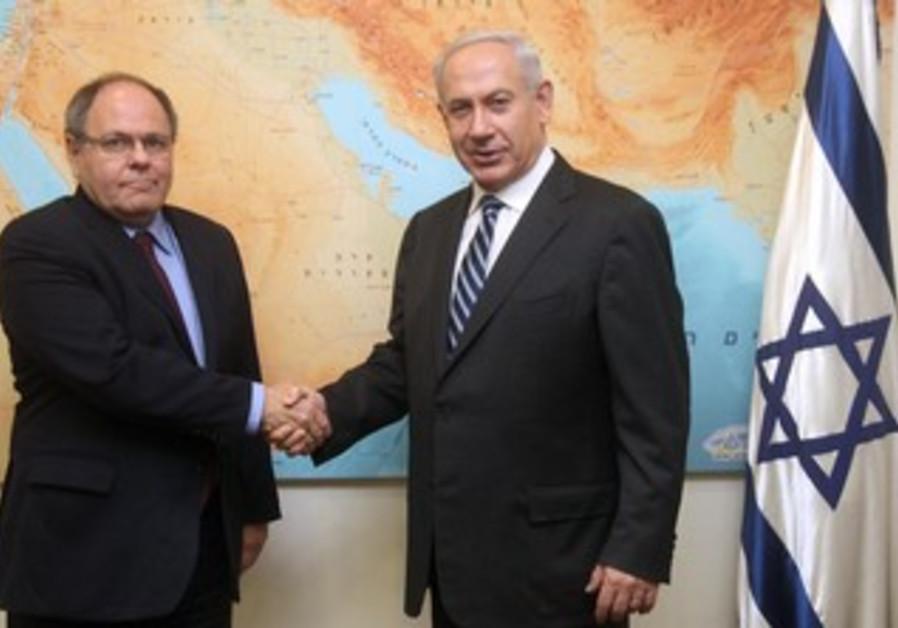 Netanyahu and Dani Dayan shake hands, Jan. 2013.