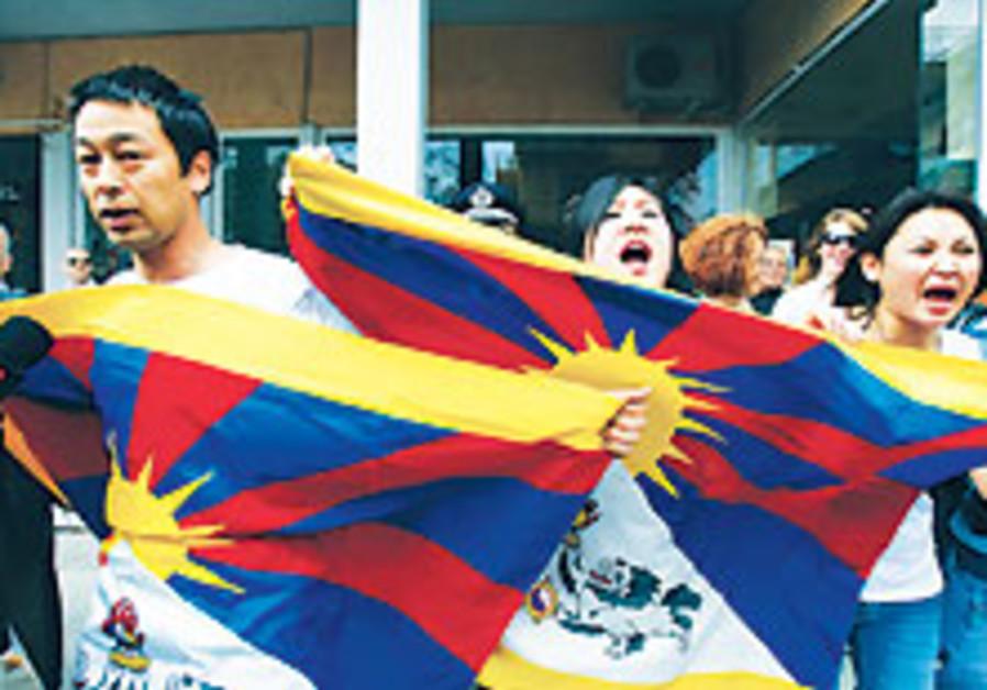 Pro- Tibetan activists protest Beijing Olympics