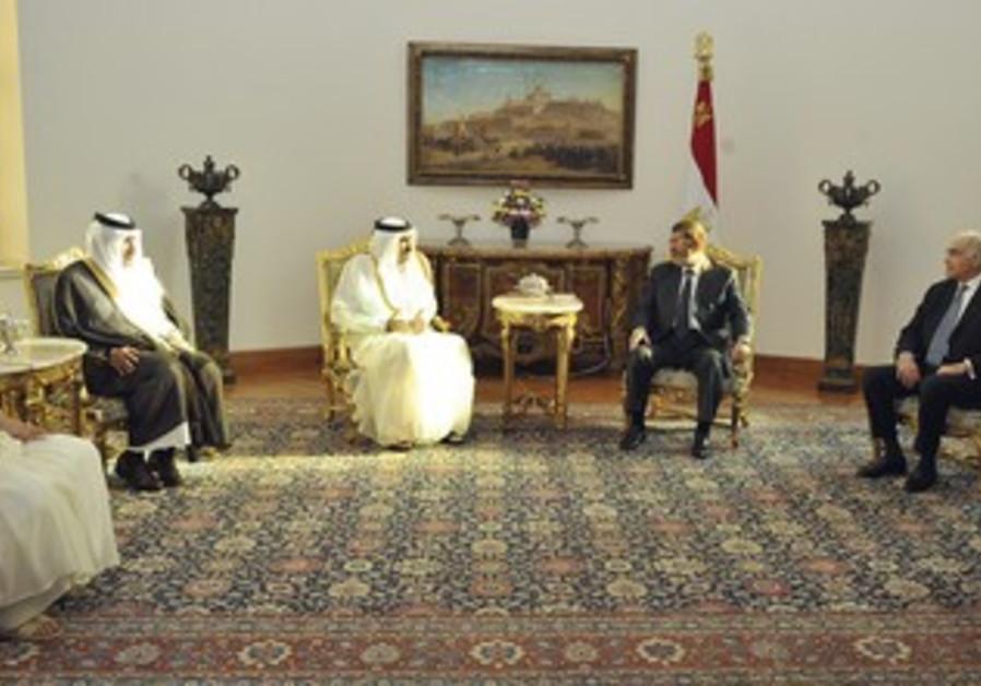 Egypt's Morsi meets with Qatari PM al-Thani