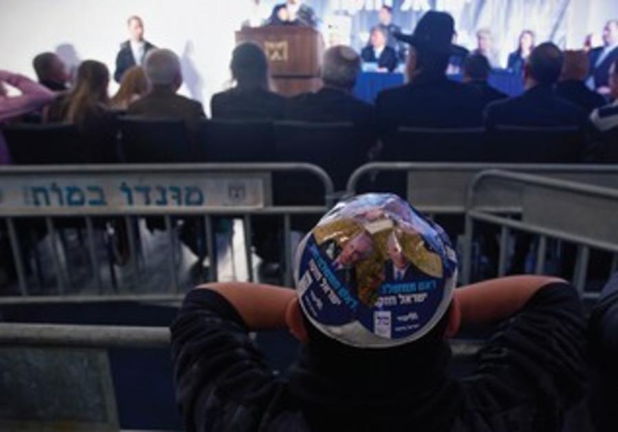 Boy dons Netanyahu kipa at rally