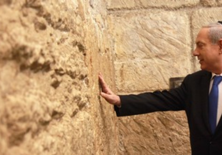 Netanyahu visit Western Wall after voting, Jan. 22, 2013