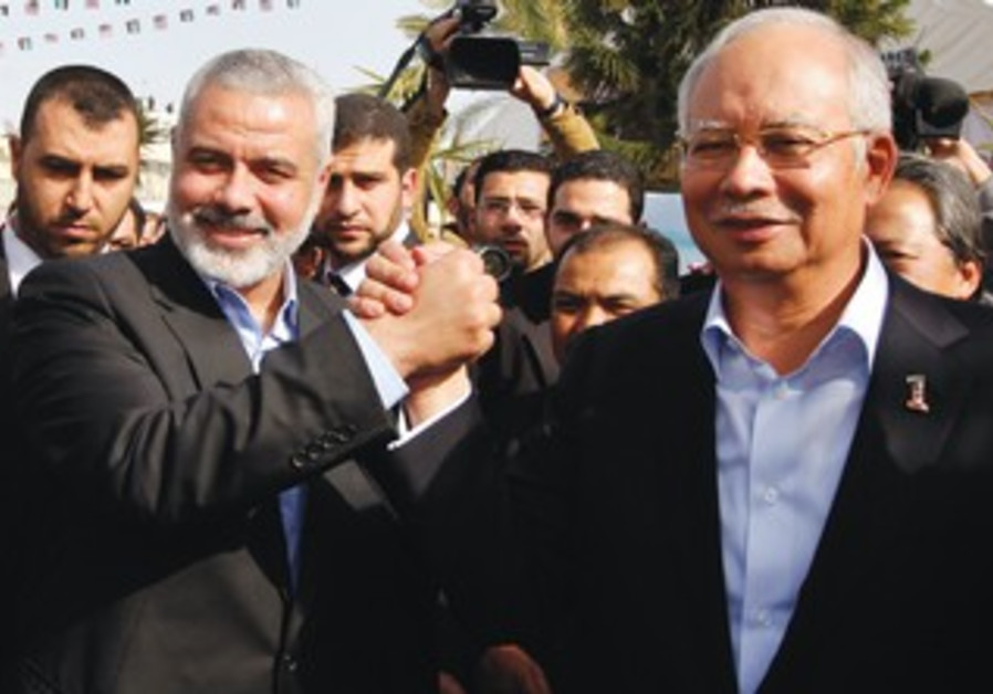 Ismail Haniyeh (left) greets Malaysian Prime Minister Najib Razak in Gaza City, January 22, 2013.