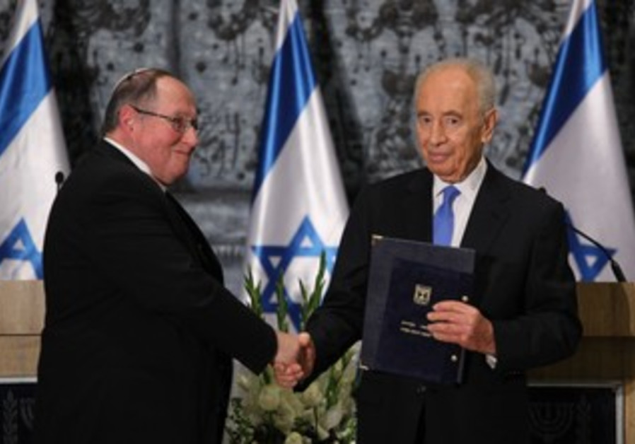 Peres receives election results from Rubinstein