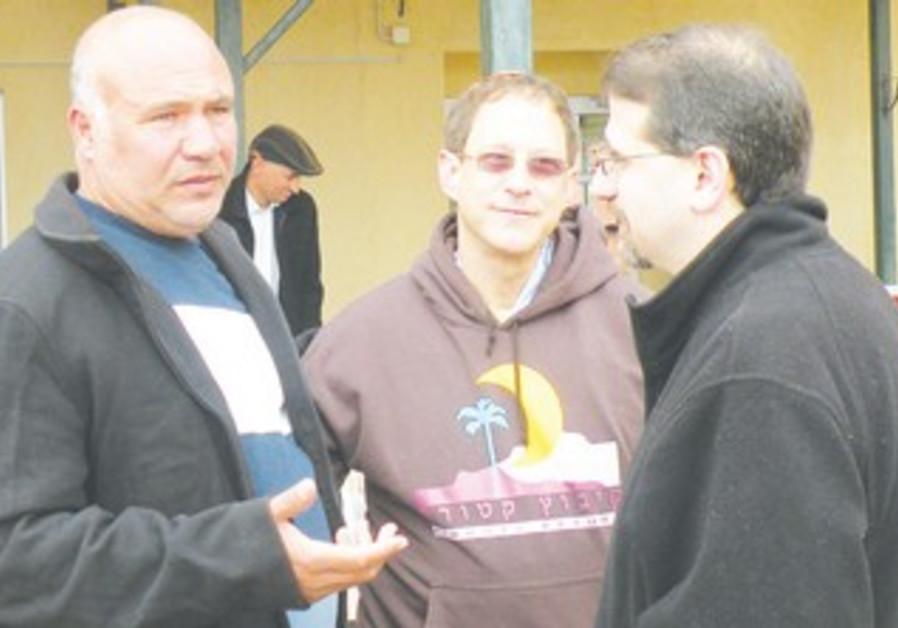 Haj Mousa Tarabin (left),  Yosef Abramowitz  and US Ambassador Dan Shapiro