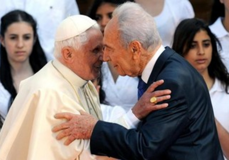 Pope Benedict embraces President Peres in Jerusalem, May 11, 2009