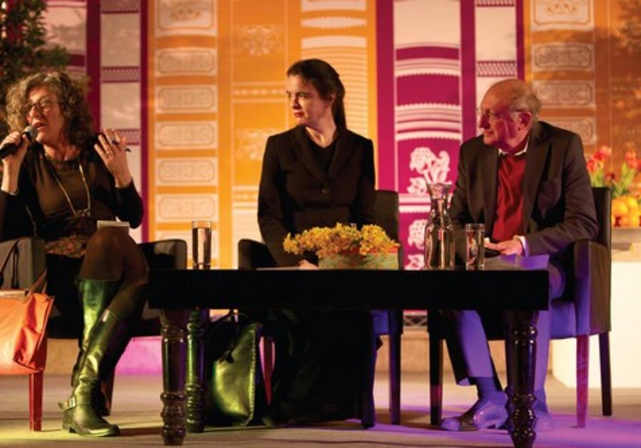 Amélie Nothomb entre la traductrice Gisèle et le journaliste Emmanuel Halperin