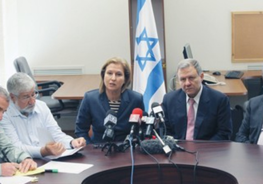 MK TZIPI LIVNI (center) and, from left, MKs Elazar Stern, Amram Mitzna, Meir Sheetrit, Amir Peretz
