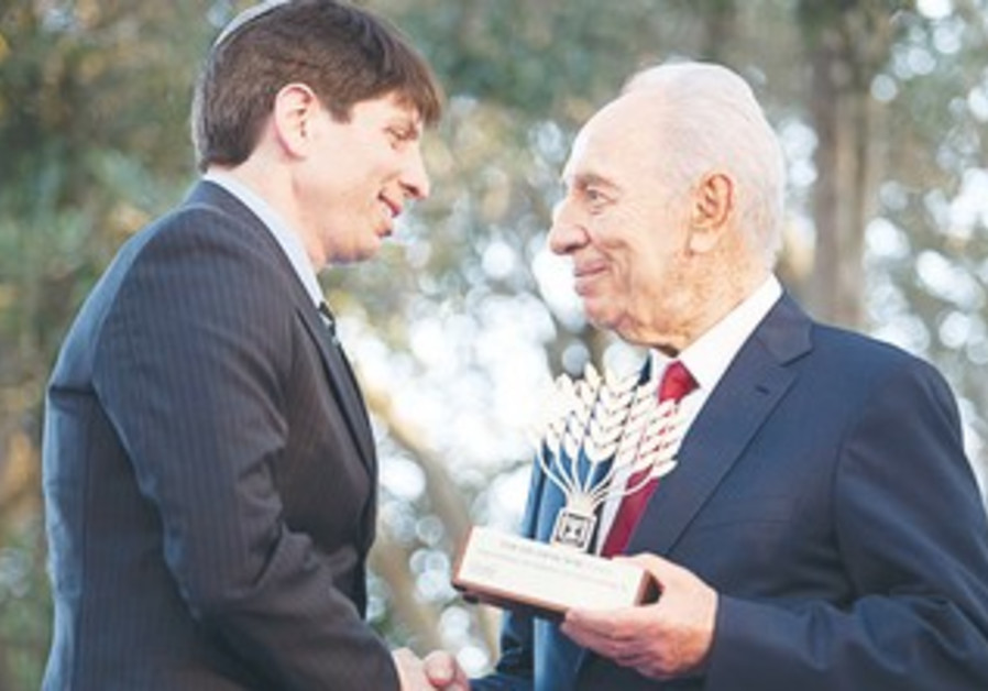 President Peres grants Prof. Ben Corn Presidential Award for Volunteerism 2011.