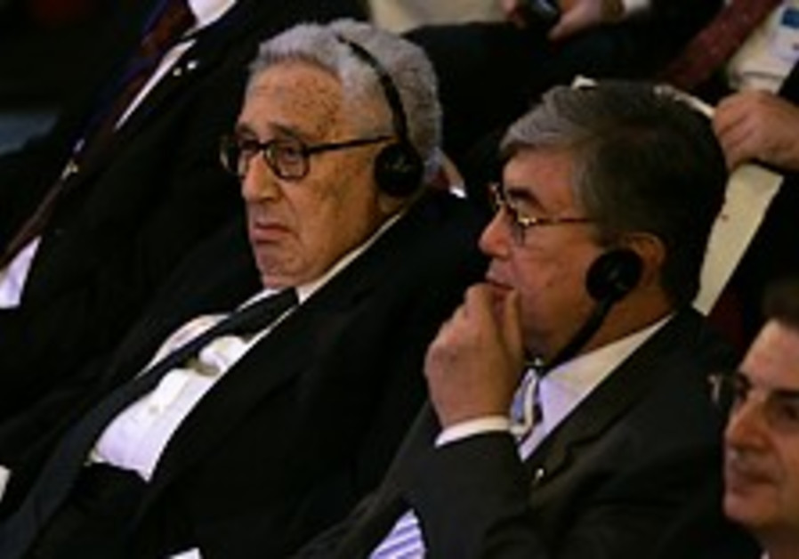 Kissinger urges gas chamber remark be taken in context