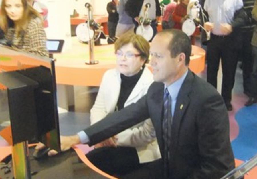 Jerusalem Mayor Nir Barkat and Intel-Israel's Maxine Fassberg play tic-tac-toe