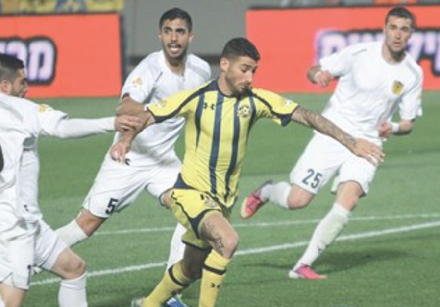 ELIRAN ATAR (center) scored Maccabi Tel Aviv's third goal in its lopsided 5-0 victory over Beitar