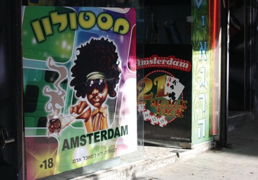 Un kiosque, rue Allenby à Tel-Aviv, vend de la marijuana synthétique