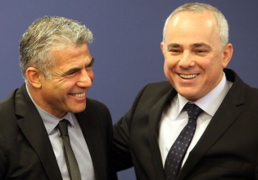 Ougoing finance minister Steinitz and incoming minister Lapid at office change over, March 19, 2013.