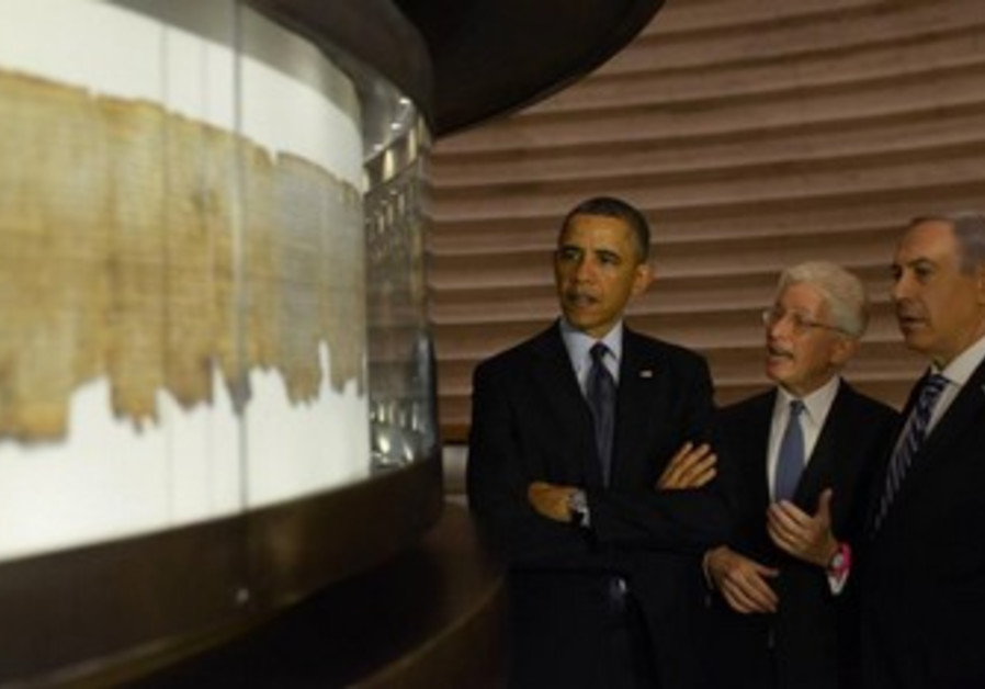 US President Obama, Prime Minister Netanyahu examine Dead Sea Scrolls, March 21, 2013.