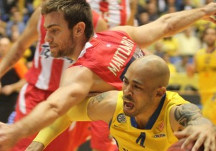 DAVID LOGAN (in yellow) led Maccabi Tel Aviv with 20 points in Friday's 73-67 Euroleague win.