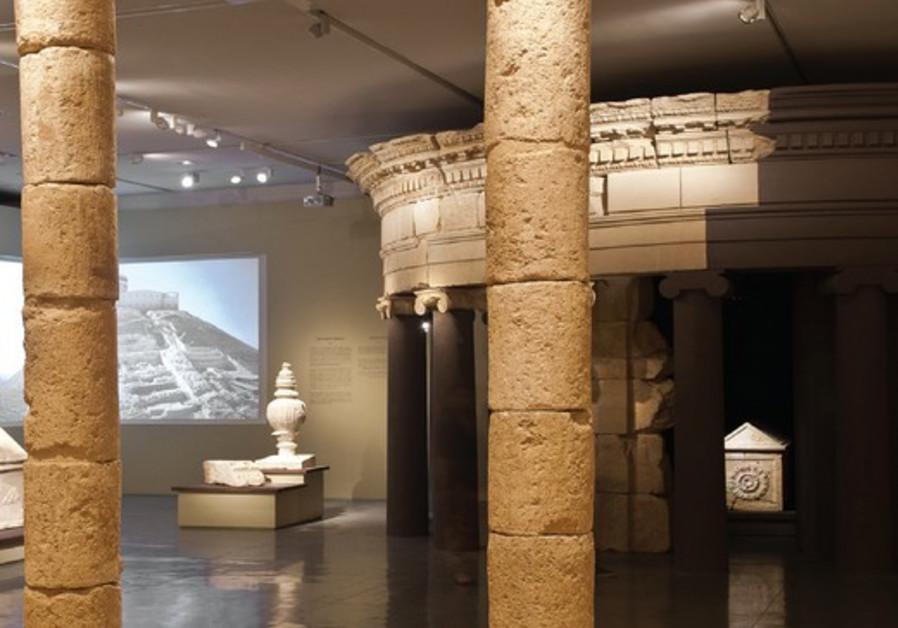 Pièce centrale de l'exposition : mausolée reconstruit et sarcophage