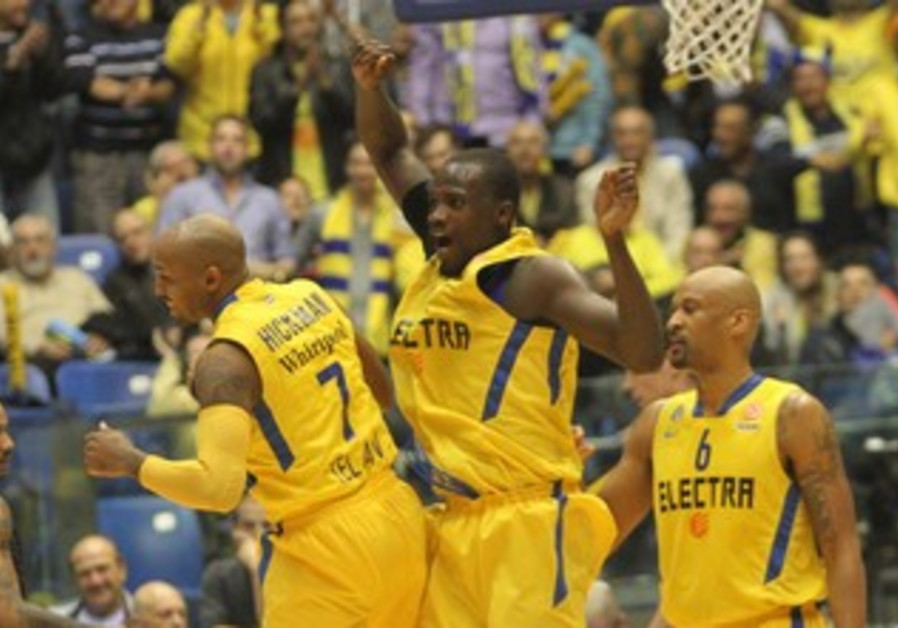 Shawn James and Ricky Hickman (left) when the yellow-and-blue hosts Besiktas JK in Euroleague action