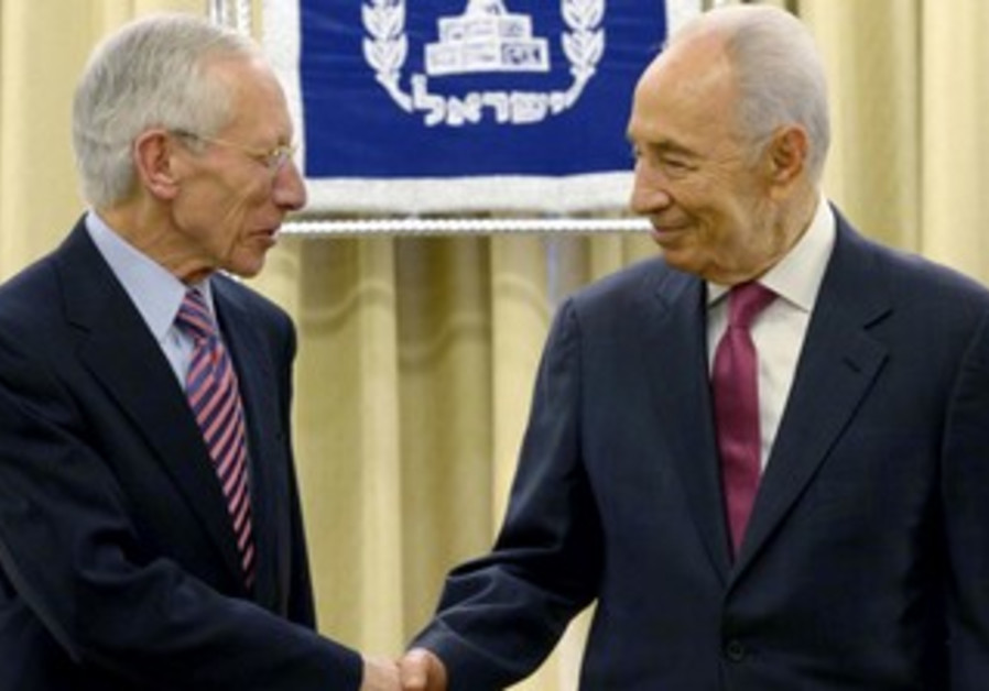 Bank of Israel Governor Stanley Fisher presents bank's 2012 report to Peres, April 2, 2013