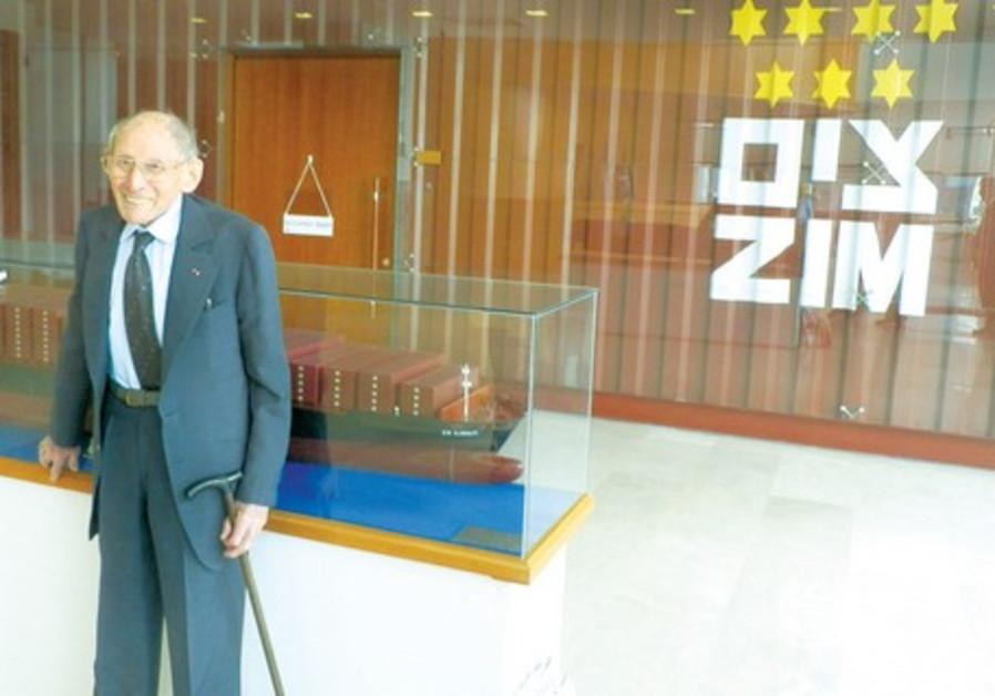 Georges Loinger dans les bureaux de la compagnie Zim