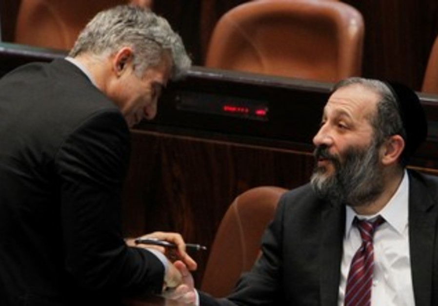 Finance Minister Yair Lapid and Shas MK Arye Deri at the Knesset, April 22, 2013.