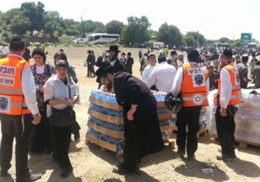 Hundreds affected by latest heat wave in Lag Ba'omer festivities in Meron.