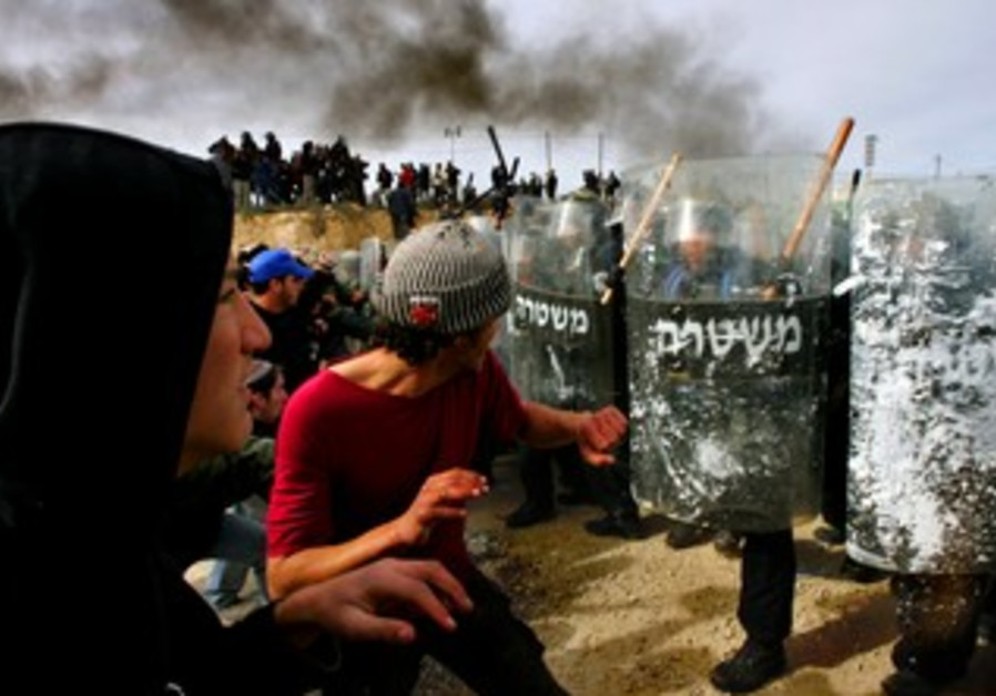 Police clash with settlers in Amona, February 1, 2006.