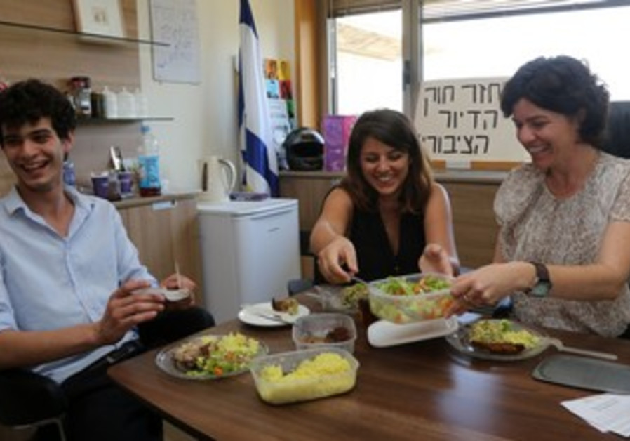 Meretz MK Zandberg (right) eats in her office in protest of conditions of Knesset cafeteria workers