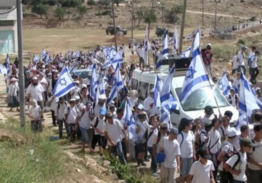 Israeli youth hike up to Hebron on Jerusalem Day