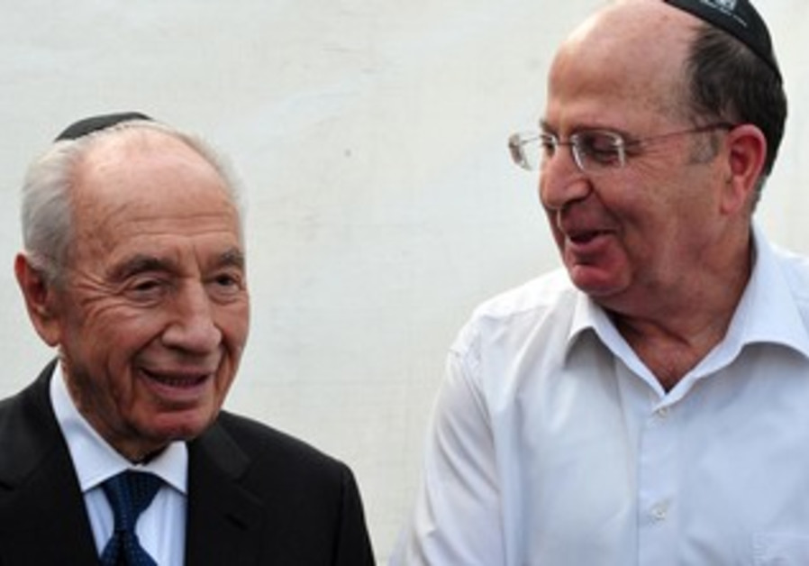 President Shimon Peres and Defense Minister Moshe Ya'alon at Jerusalem Day ceremony, May 8, 2013.