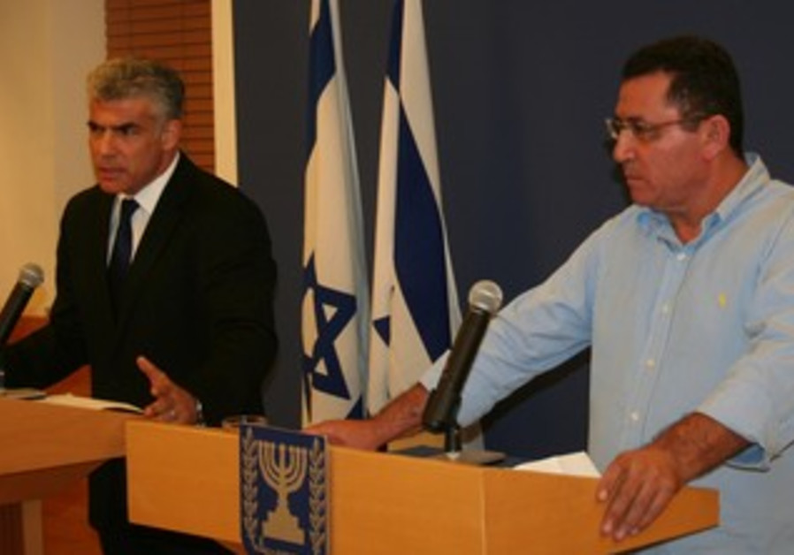 Finance Minister Yair Lapid and Histadrut chairman Ofer Eini at press conference, May 8, 2013.