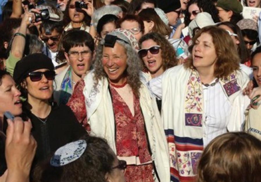Les Femmes du Kotel continuent de chanter malgré les violentes protestations autour d'elles.