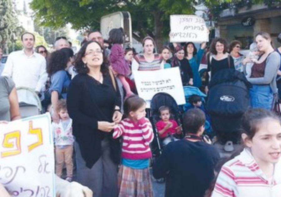 """WORKING PARENTS and their children in """"march of strollers"""" in Jerusalem"""