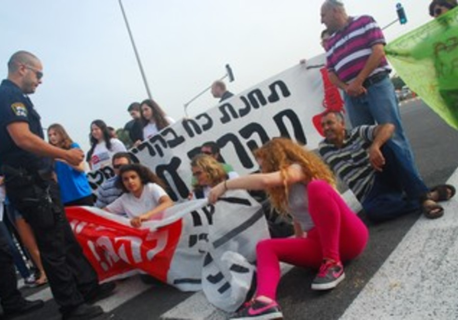 Be'er Tuvia residents protest gas plant.