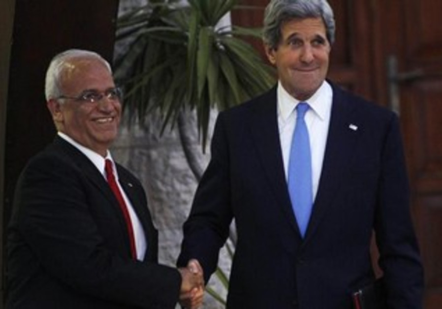 US Secretary of State John Kerry (R) shakes hands with Saeb Erekat, April 2013.