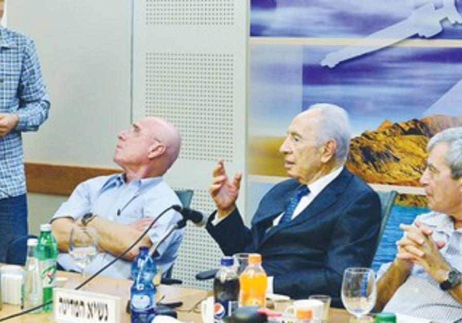 PRESIDENT SHIMON PERES, along with Rafael's CEO Yedidya Yaari (right) and chairman Ilan Biran