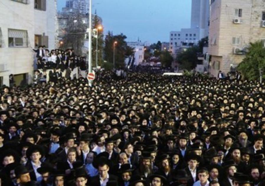 30 000 hommes en noir dans les rues de Jérusalem, jeudi 16 mai au soir.