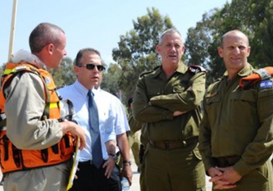 Maj.-Gen. Eyal Izenberg, Lt.-Gen. Benny Gantz, Gilad Erdan in preparations, 21st May 2013.