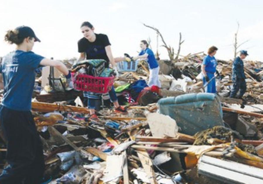 Volunteers retrieve belongings after Moore, Oklahoma tornado