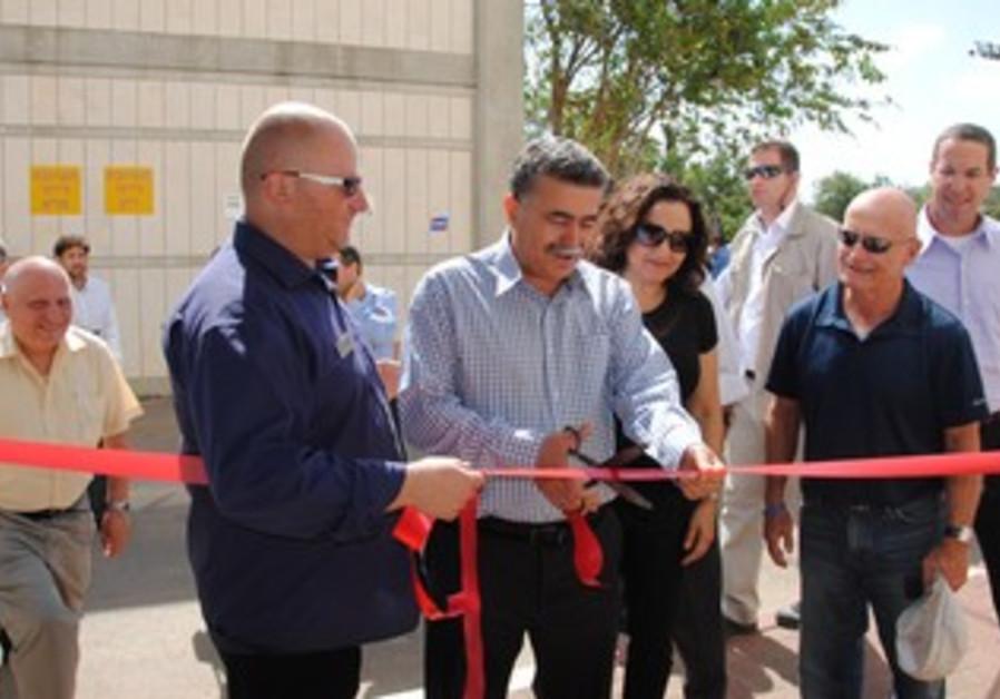 Ribbon-cutting with Ecommunity CEO Danny Kogen, Peretz and Environment Ministry Alona Shefer-Karo.
