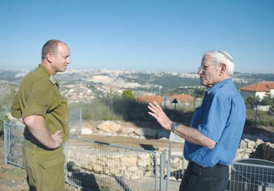Yoni Yuval (left) listens to Nachum Baruchi tell the story of his experience during the Six Day War.