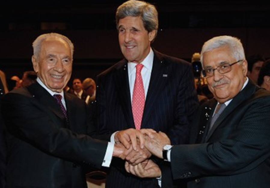 John Kerry entouré de Shimon Peres et Mahmoud Abbas en Jordanie.