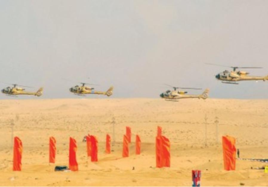 Des Gazelle, hélicoptères égyptiens, lors d'un exercice militaire dans le Sinaï oriental.
