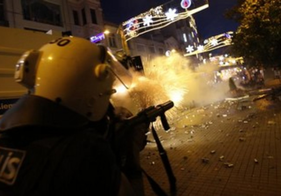 Riot police use tear gas to disperse crowds during an anti-g'ovt protests in Istanbul May 31, 2013.