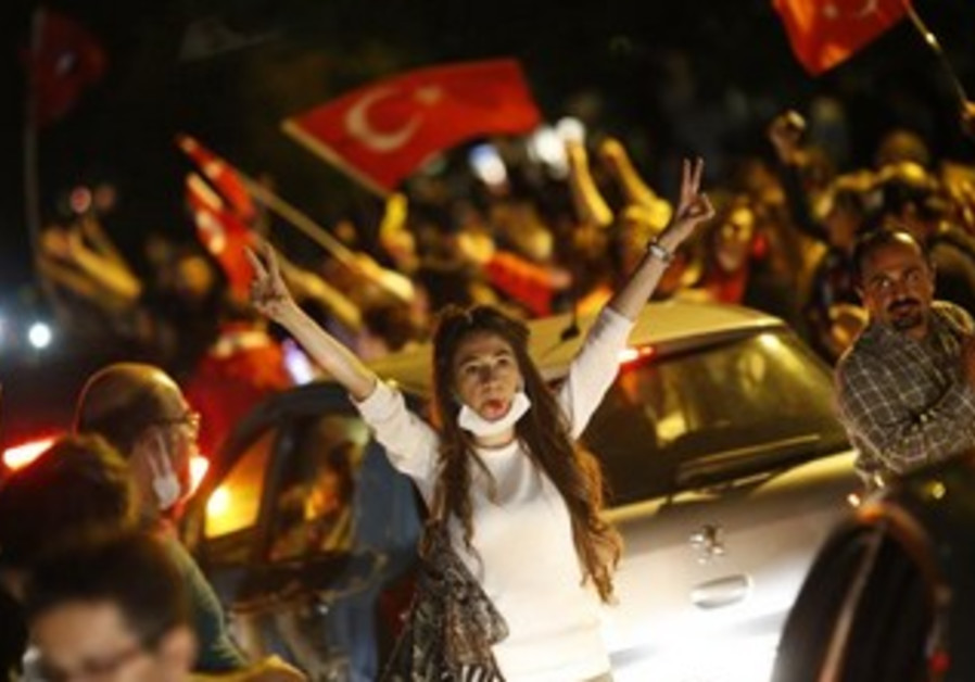 Anti-government protesters demonstrate in central Ankara June 3, 2013