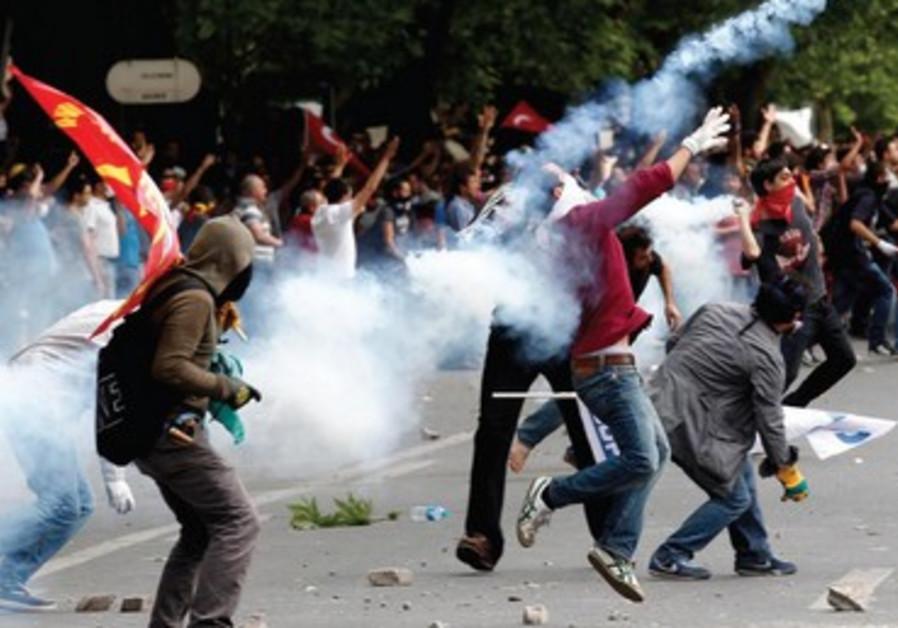 Les violences continuaient, lundi 3 juin, dans les grandes villes de Turquie.