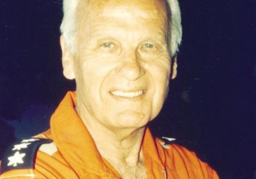 Danny Shapira dans sa combinaison de pilote lors d'une mission de réserve.
