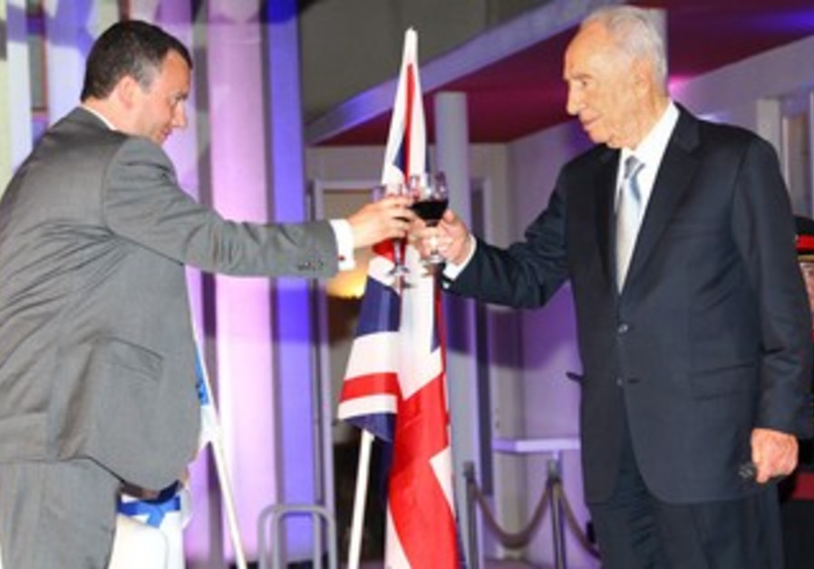 Presdient Peres and Ambassador Gould toast Britain's queen